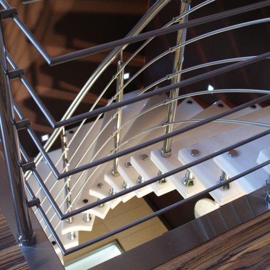 Wspornikowe schody marmurowe