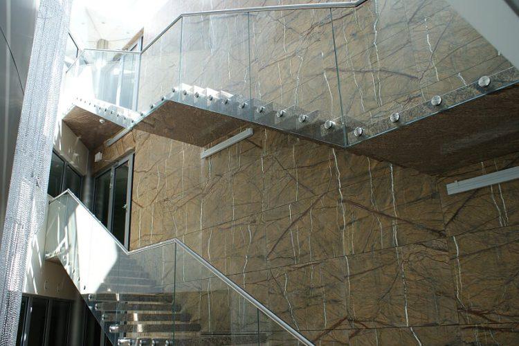 schody-kamienne-z-balustrada-i-przeszkleniami