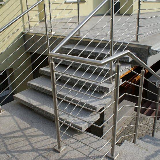 Schody zewnętrzne granitowe z balustradą