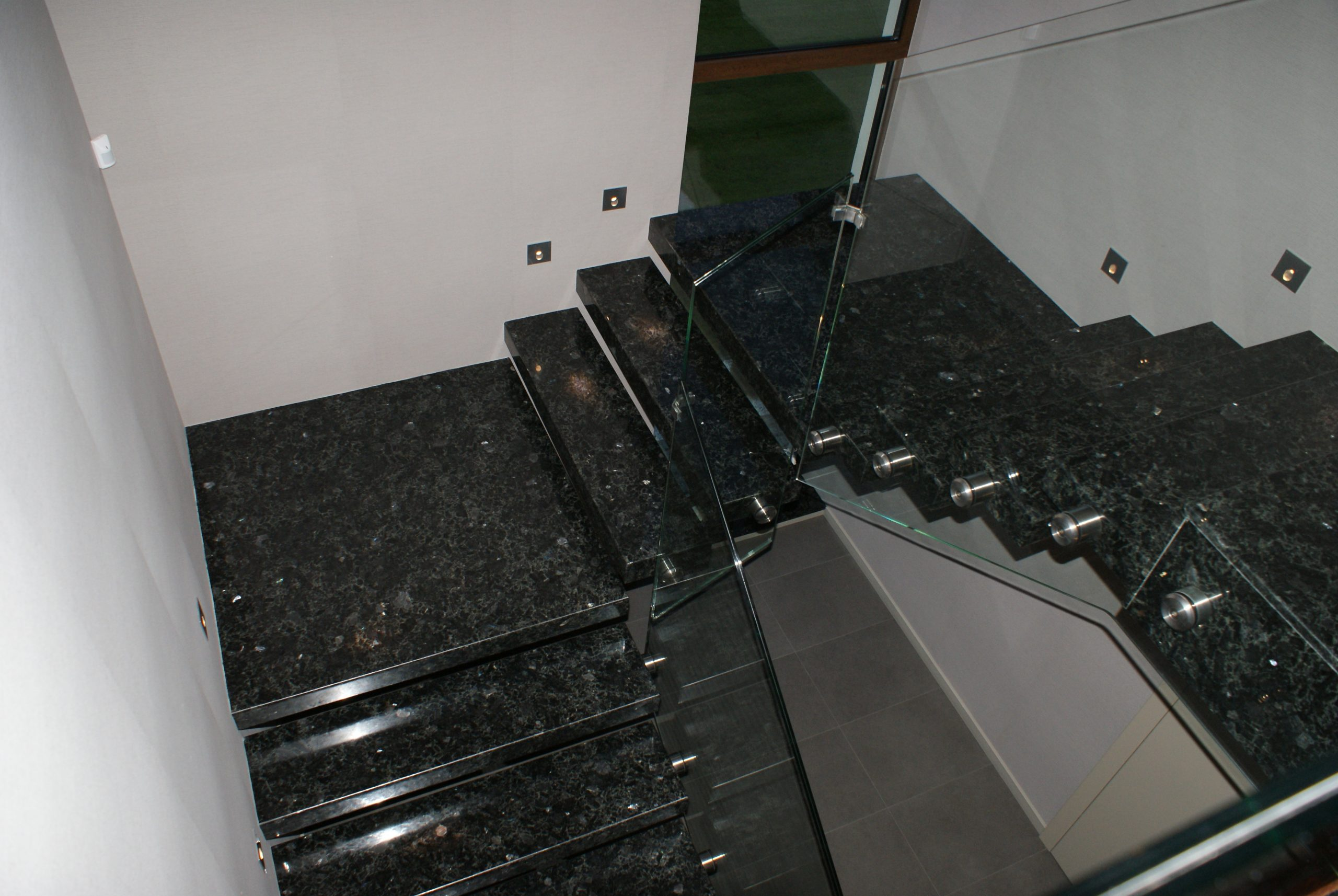 czarne schody granitowe w klatce